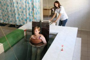 Underwater spine decompression